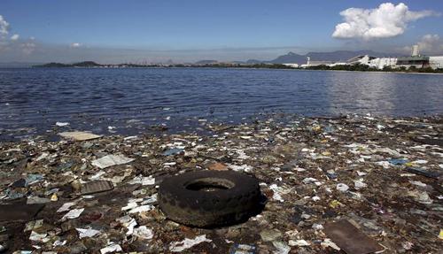 Quem resolve? Lixo acumulado numa praia próxima à Cidade Universitária: a Baía de Guanabara, que será palco de competições náuticas nas Olimpíadas, recebe uma média de cem toneladas de lixo flutuante todos os dias Foto: Custódio Coimbra / O Globo