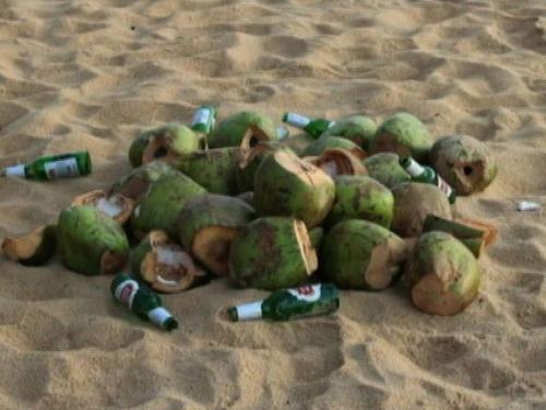 Sujeira é econtrada nas praias da Grande Vitória. (Foto: Reprodução / TV Gazeta)