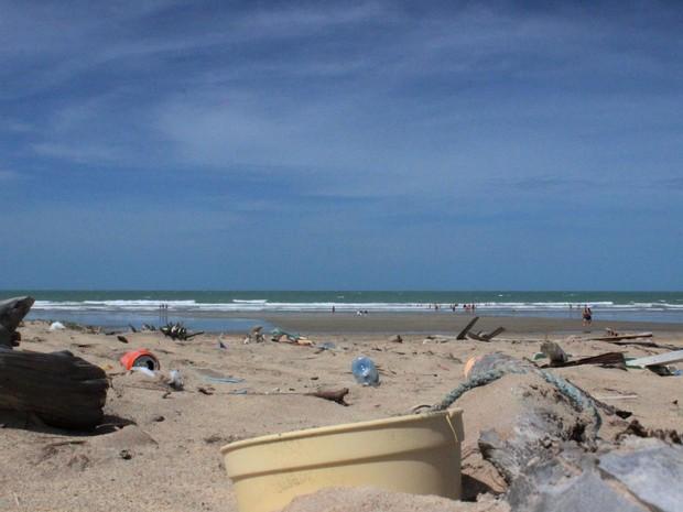 Mau exemplo dos turistas sujões se estende para a Praia Peito de Moça em Luís Correia (Foto: Patrícia Andrade/G1)