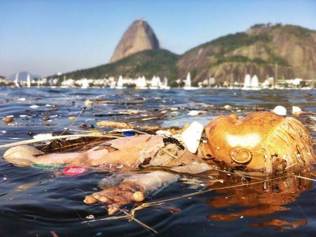 Leitor registrou detritos na Baía de Guanabara no sábado (20). (Foto: Cristiano Trad/VC no G1)