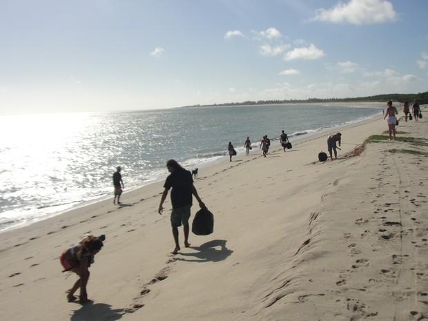 Voluntários percorreram dois quilômetros recolhendo lixo espalhado pela praia (Foto: Juliana Nogueira)