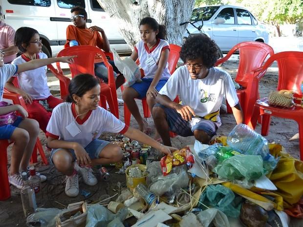 Crianças separam lixo recolhido nas praias durante o Fest Bossa & Jazz (Foto: Jocaff Souza/G1)