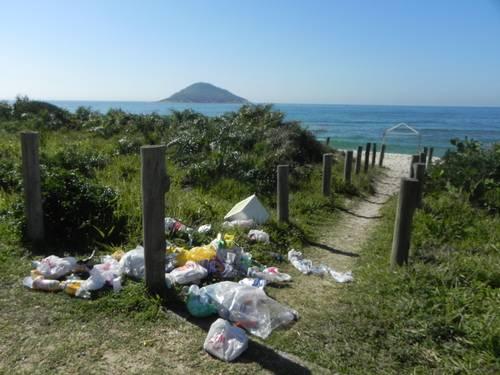 Lixo deixado na orla da Barra da Tijuca. Foto: Leitor Marinho Santiago / Eu-Repórter