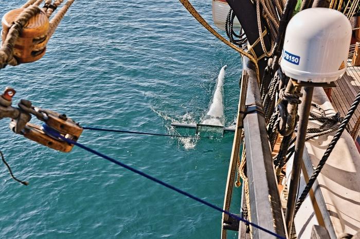 Esta é uma foto de uma rede afixada ao navio que coleta plástico nos Grandes Lagos. Crédito: Cortesia do 5 Gyres Institute