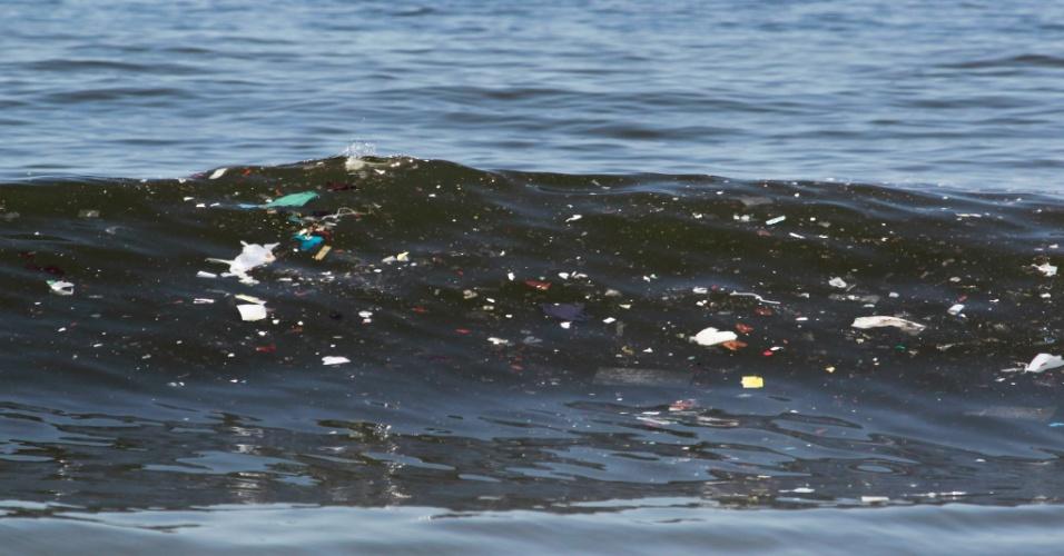 22.jan.2014 - A corrente marítima levou o lixo da baía de Guanabara para as águas da praia de Copacabana, na zona sul do Rio de Janeiro, nesta quarta-feira (22) Domingos Peixoto/Agência O Globo