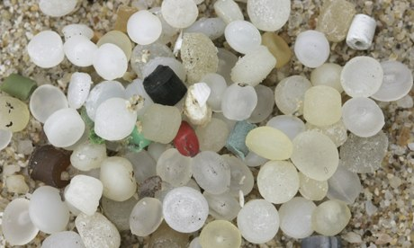 Pellets de plástico em pré-produção, ou 'nurdles' a barlavento  na Ilha South Sokos, Hong Kong. Fotografia: Alex Hofford/EPA