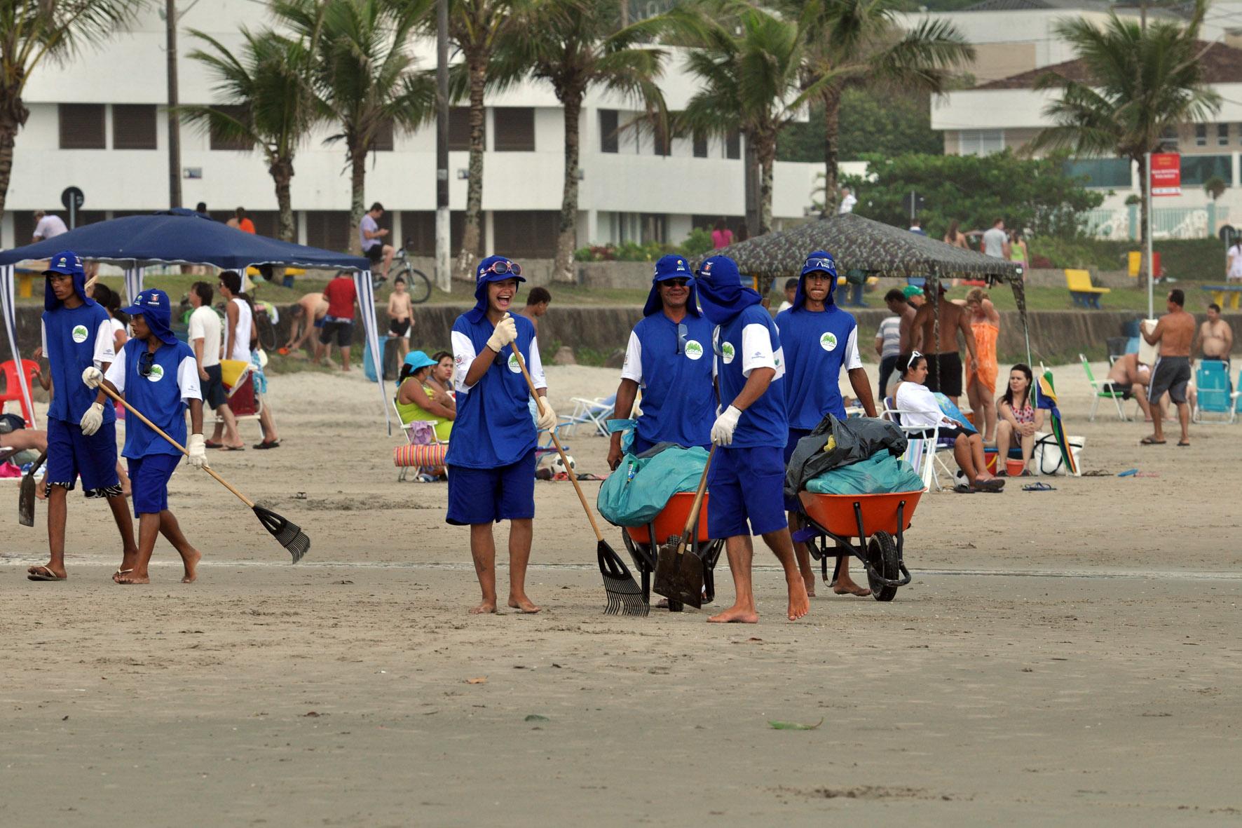 Limpeza Praia de Guaratuba 05.01.12. Foto Chuniti Kawamura/AENoticia.