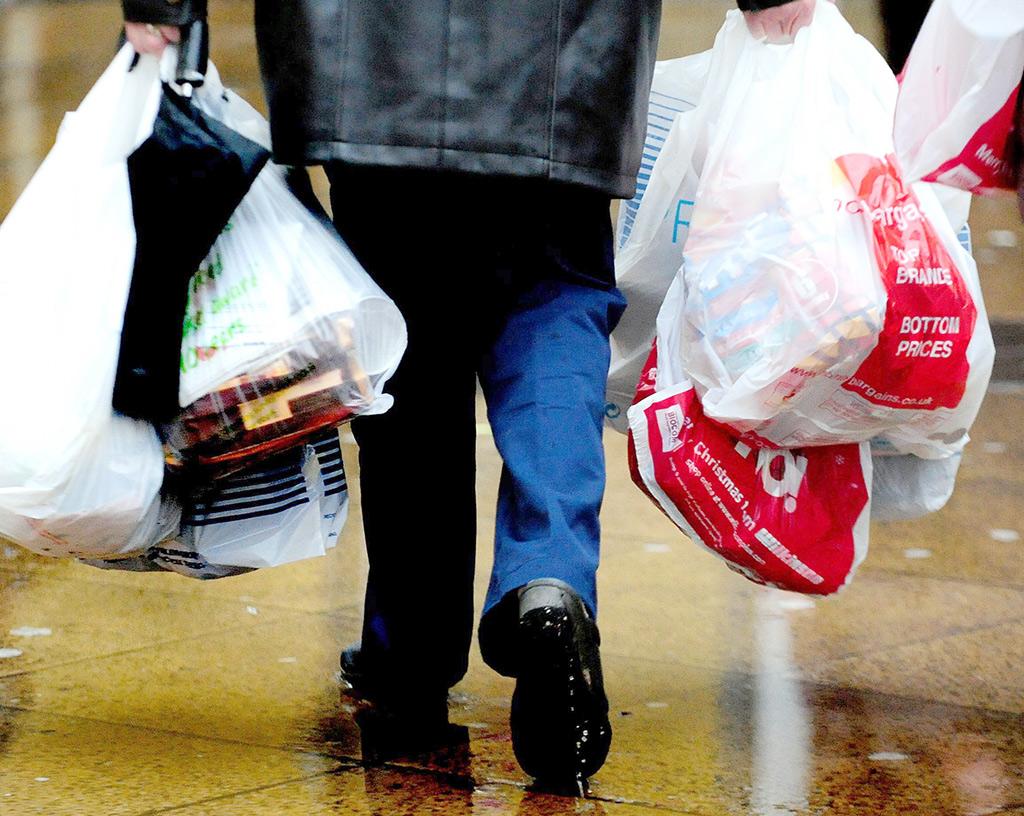 O PE quer que o consumo de sacos de plástico seja reduzido em pelo menos 50% até 2017 e 80% até 2019 (©BELGAIMAGE/PRESSASSOCIATION/R.Vieira)