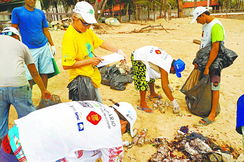 Os voluntários recolheram sacolas, mais de 2 mil tampinhas de plástico e mais de 3 mil pedaços de microlixos. Foto: Divulgação / Projeto Limpando O Mundo