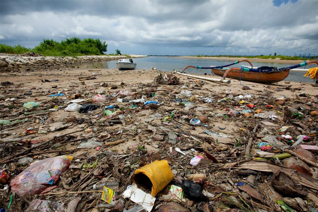 O lixo marinho afeta comunidades e mares em todas as regiões do mundo e afeta negativamente a biodiversidade, a pesca e as economias costeiras. Foto: UNEP GRID Arendal/Lawrence Hislop