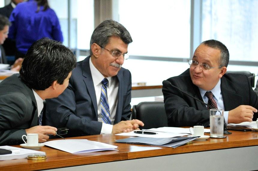Randolfe Rodrigues (E), Romero Jucá (C) e Pedro Taques (D), na reunião da CCJ nesta quarta-feira (5). Foto: Geraldo Magela/Agência Senado