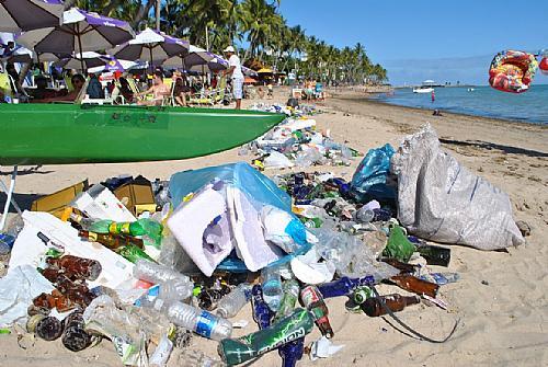Lixo depois da festa, na manhã do domingo (30): de quem é a culpa? Foto: Alagoas24horas