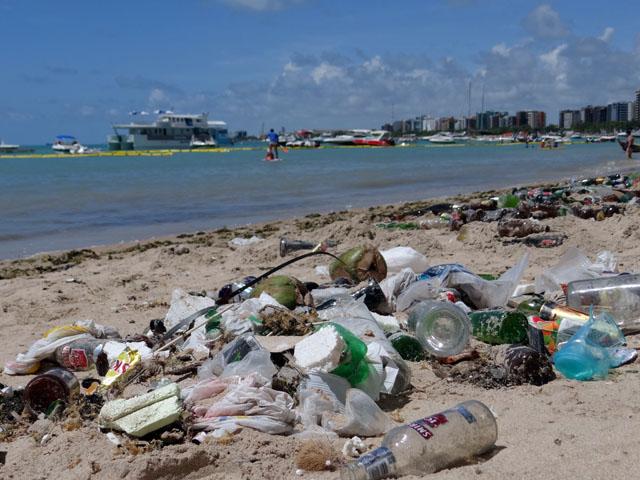 Lixo tomava conta das areias da Pajuçara na manhã deste domingo (Fotos: Bárbara Guimarães)