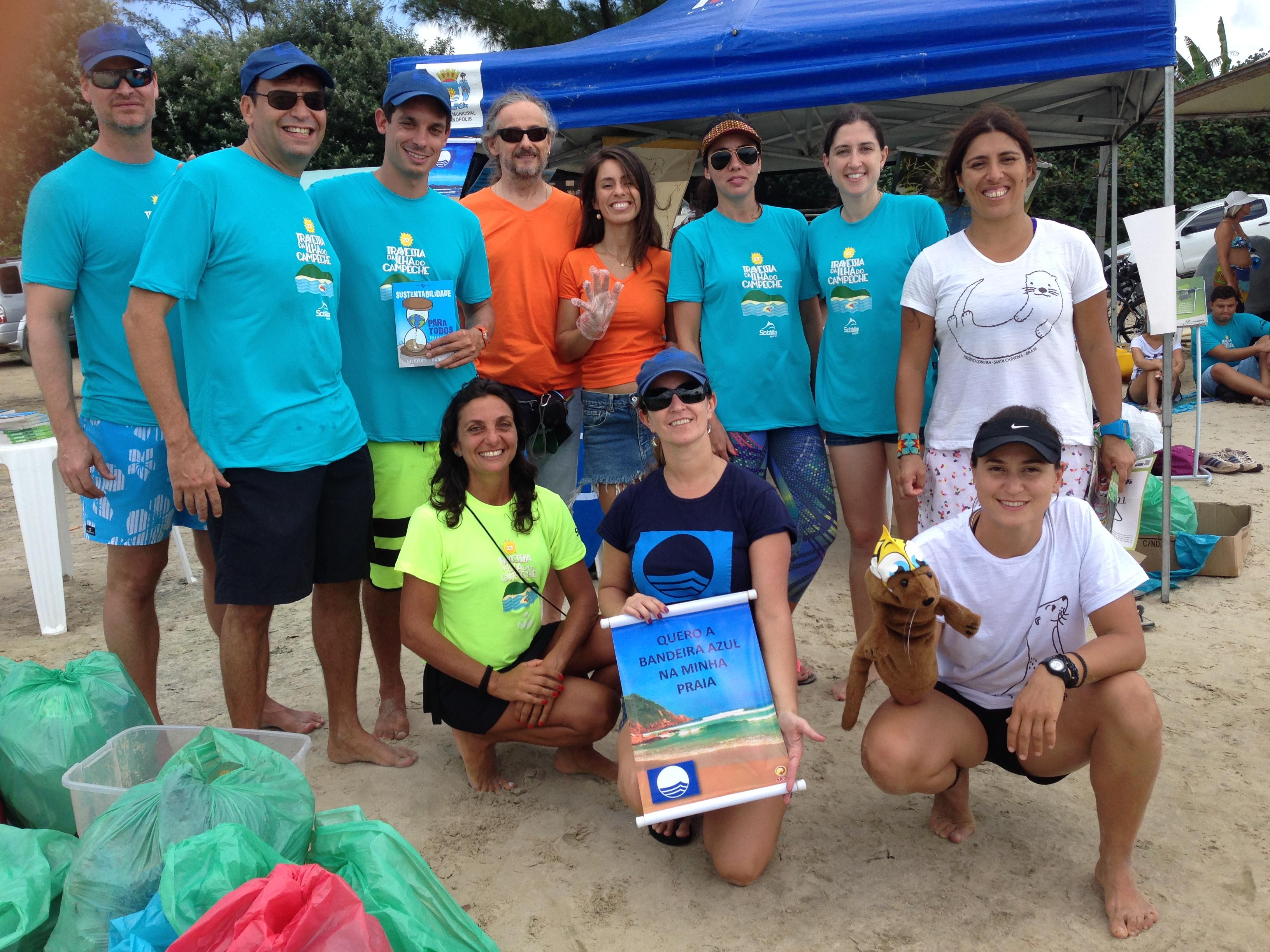 Organizadores das ações socioambientais realizadas durante a 23a travessia da Ilha do Campeche.